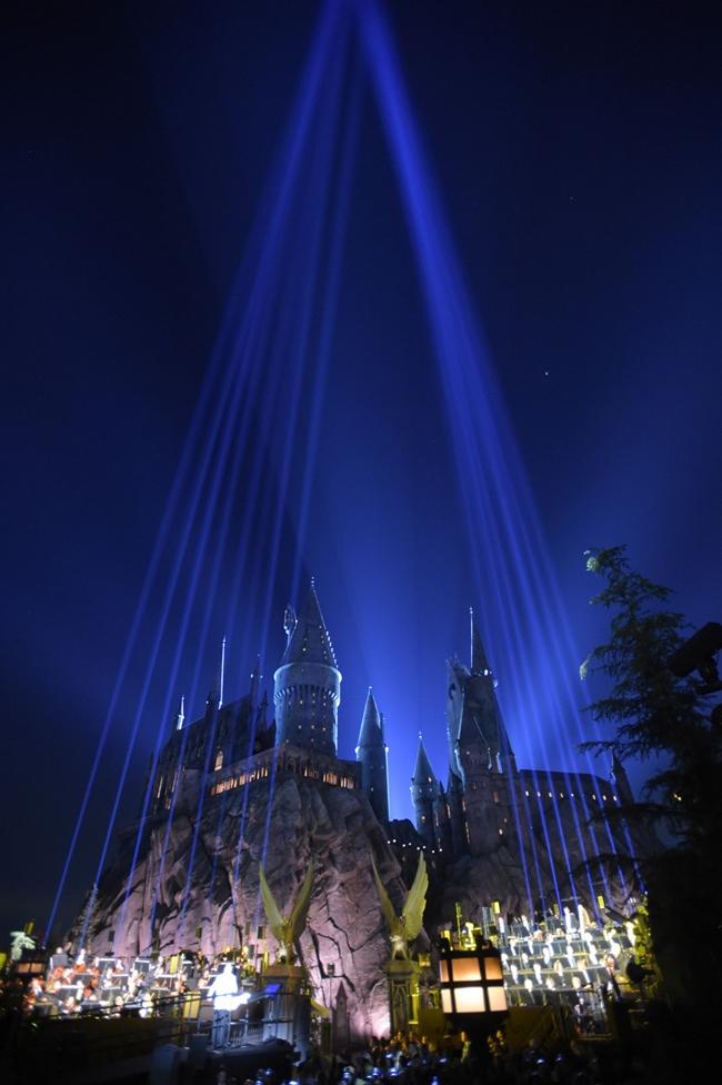 WWoHP_Hollywood_light_show_Hogwarts