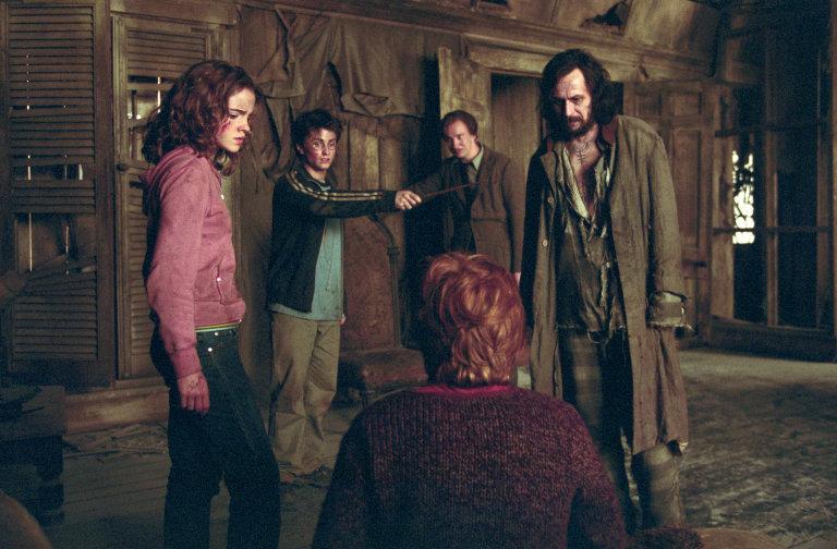 HermioneHarrySiriusLupin_SurroundRonInShriekingShack