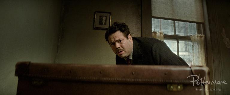Jacob_scared_of_case_Fantastic_Beasts_CC_Trailer_WM