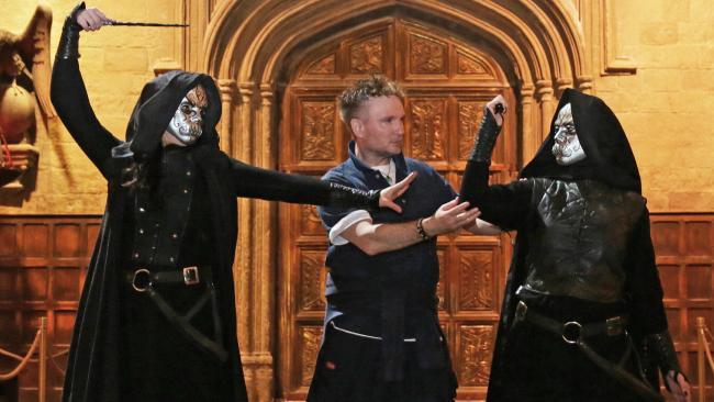 Her büyücünün arkasında bir asayı doğru şekilde sallamasını öğreten uzman bir dans direktörü vardır.