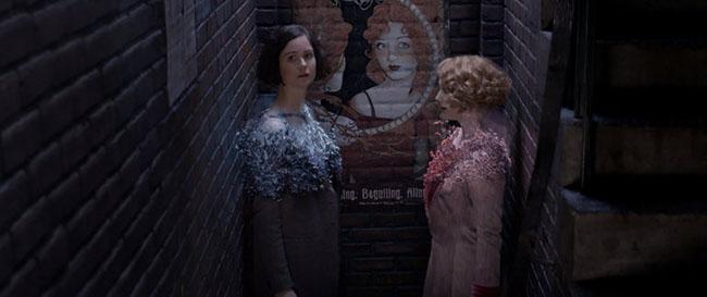 Tina ve Queenie kostümlerini büyülü bir şekilde değiştirirken.